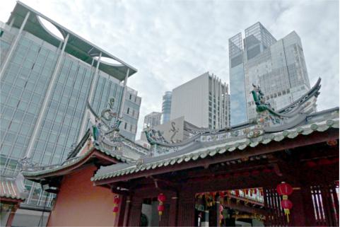 天福宮と高層ビル