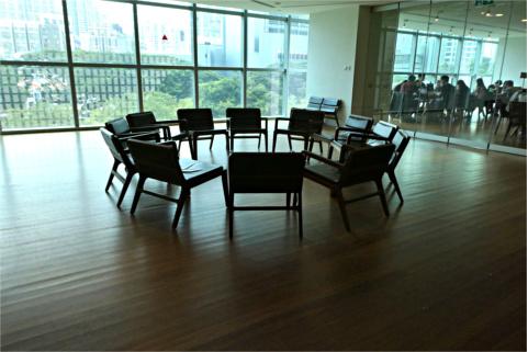 ガラス張りの学習室とオープンスペース