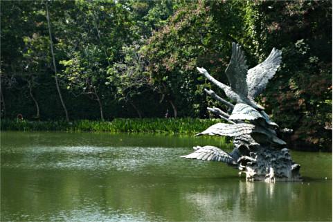 池の中の彫刻