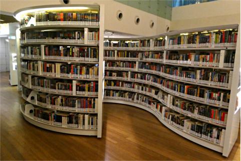 曲線を描く書架