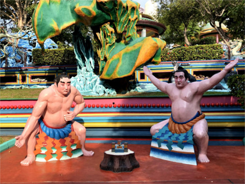 相撲の力士像2体